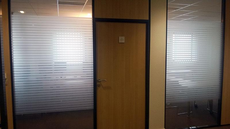 Intimité des cloisons vitrées de bureaux et décoration d'intérieur