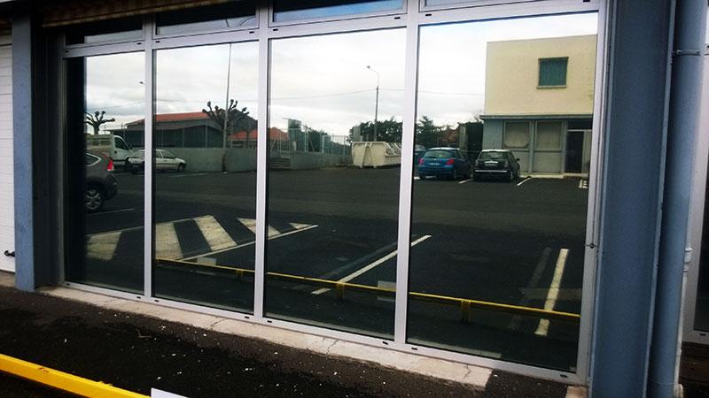 Évitez le regard des autres dans votre local commercial avec nos vitres teintées spéciales intimité