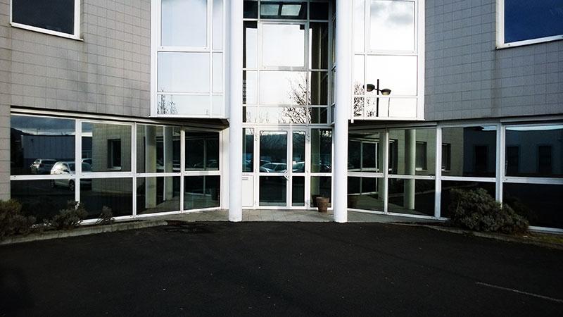Les vitres teintées bâtiment protègent aussi les immeubles de bureaux des rayons solaires