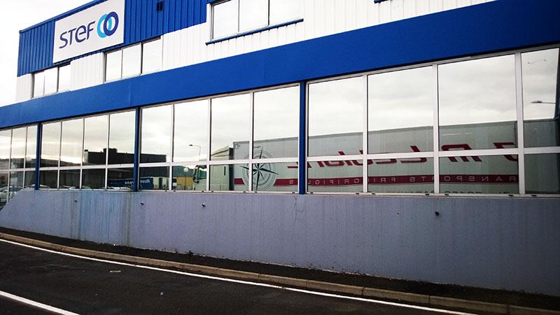 Protection solaire de vitrages d'un bâtiment industriel