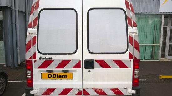 Vitres arrières teintées opaques d'une camionnette - utilitaire