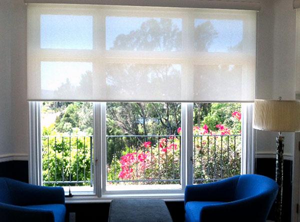 Store clair et lumineux pour de larges fenêtres